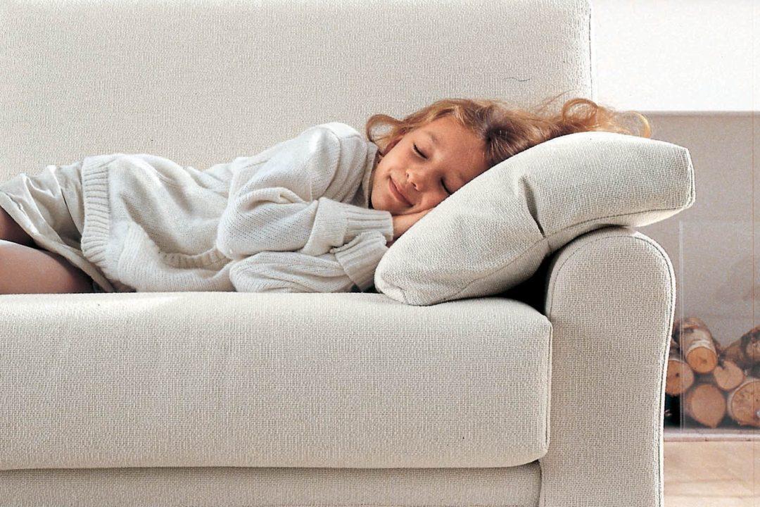 Dormire sul divano il sonnellino che migliora la vita - Perche i cani scavano sul divano ...