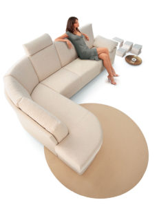 Doimo Salotti donna seduta divano comodo.