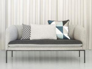 Ferm Living composizione cuscini su divano grigio - 1