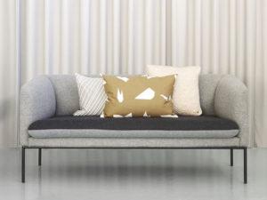 Ferm Living composizione cuscini su divano grigio - 2