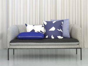 Ferm Living composizione cuscini su divano grigio - 4