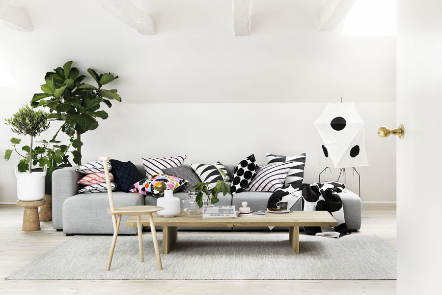 Marimekko collezione spring 2016 divano grigio con cuscini.