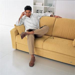 Uomo seduto divano gallo ergonomia ok.