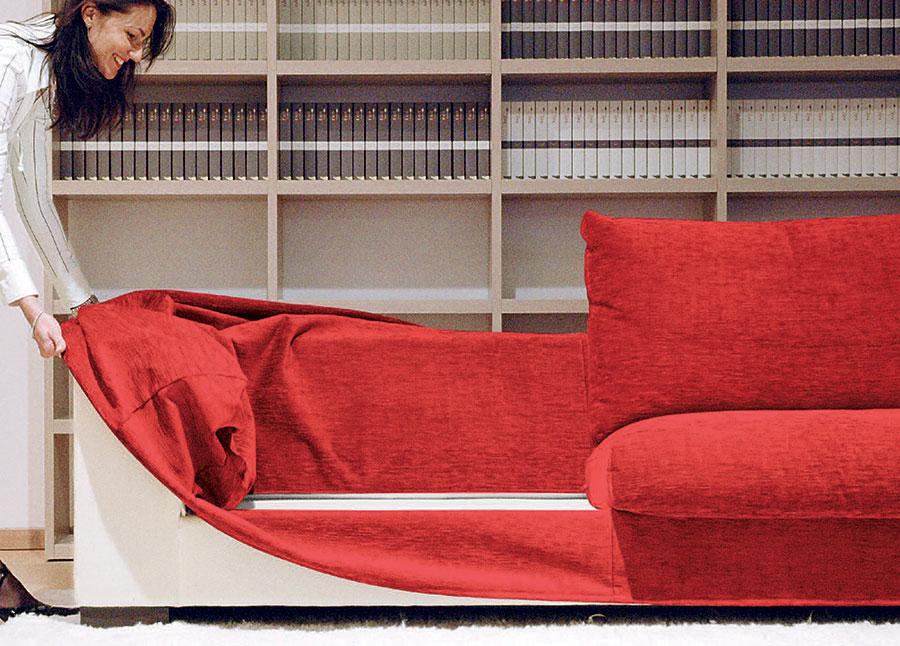 Sfoderare il divano per il lavaggio del rivestimento.