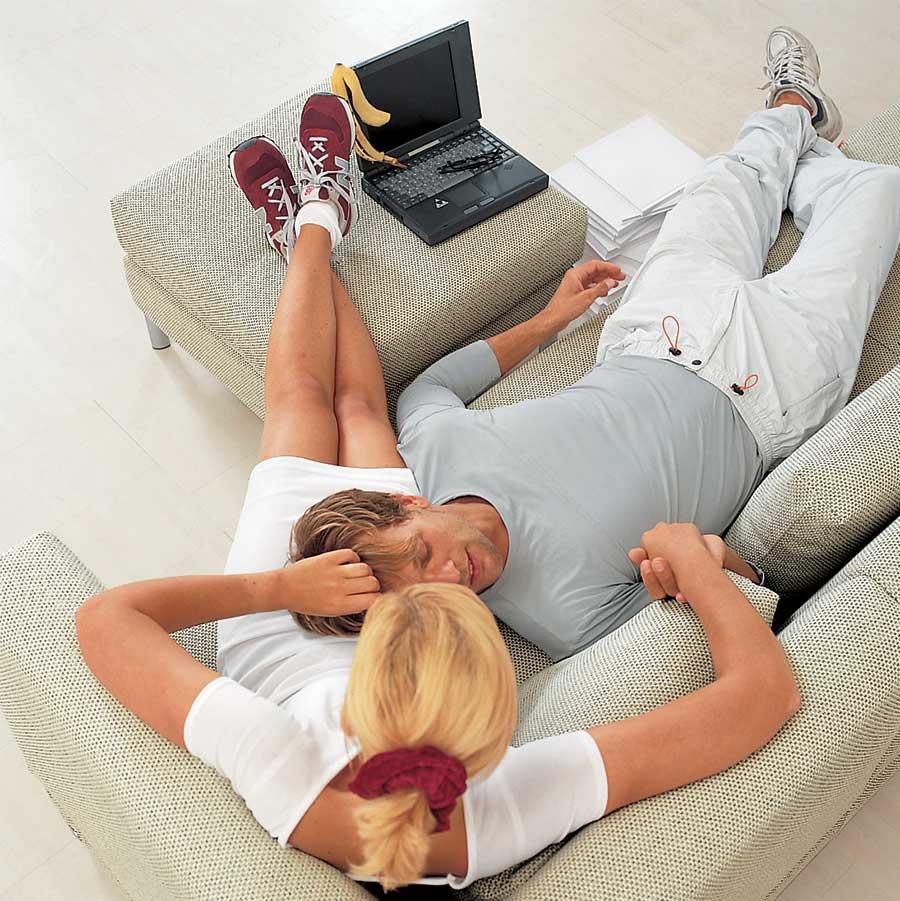 Immagine di uomo e donna seduti sul divano a conversare.