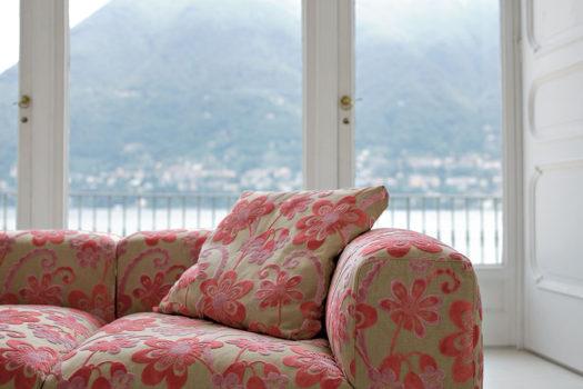 Le regole per una buona manutenzione del divano in tessuto.