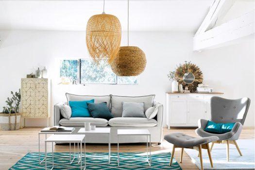 Arredare casa al mare con divano bianco e accessori mediterranei.