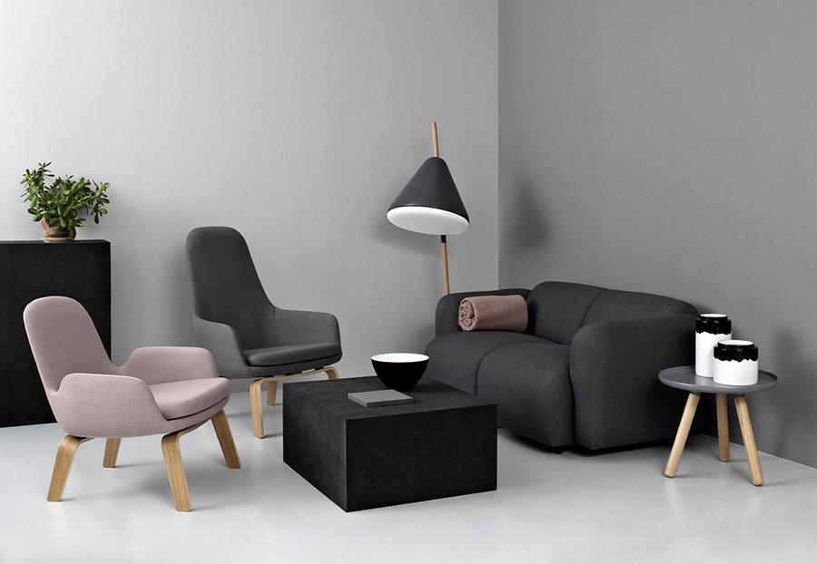 Norman Copenhagen soggiorno con pareti e divani grigi.