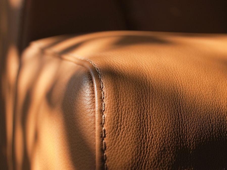 Come pulire il divano in pelle: cura e manutenzione ordinaria e rimozione delle macchie.