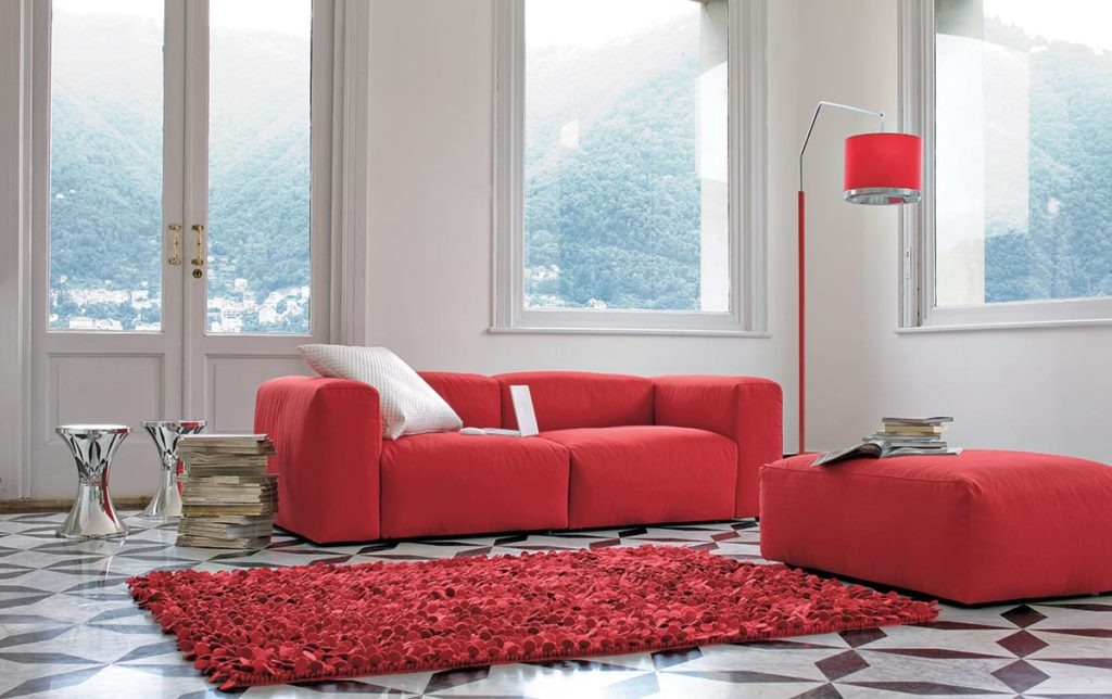 Arredare il soggiorno con un divano rosso salotto perfetto for Parete rossa soggiorno