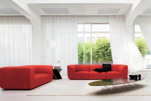 Arredare il soggiorno con un divano rosso.