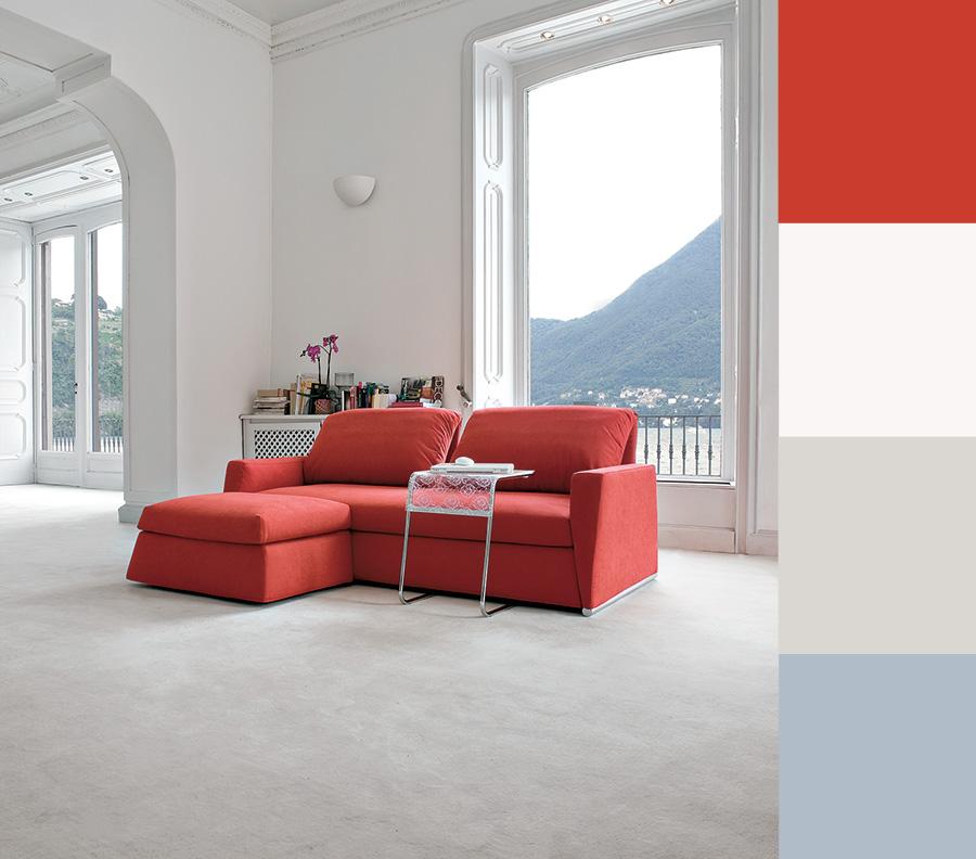 Arredare il soggiorno con un divano rosso salotto perfetto for Divano blu colore pareti