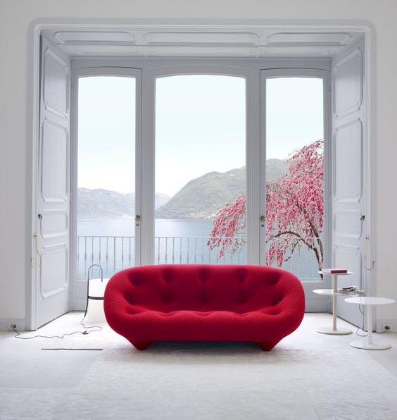 Arredare con un divano rosso: Ploum di Ligne Roset.