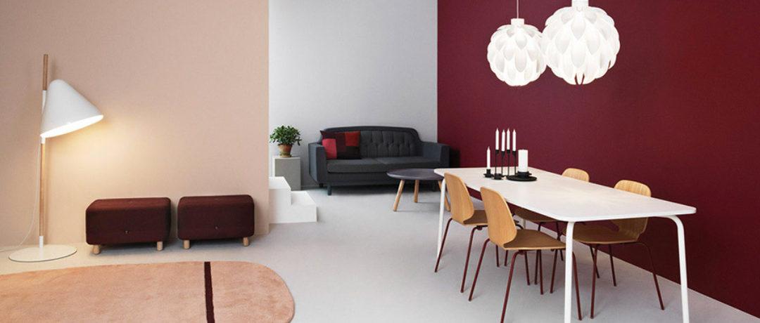 Usare il viola e il rosso per le pareti del soggiorno.