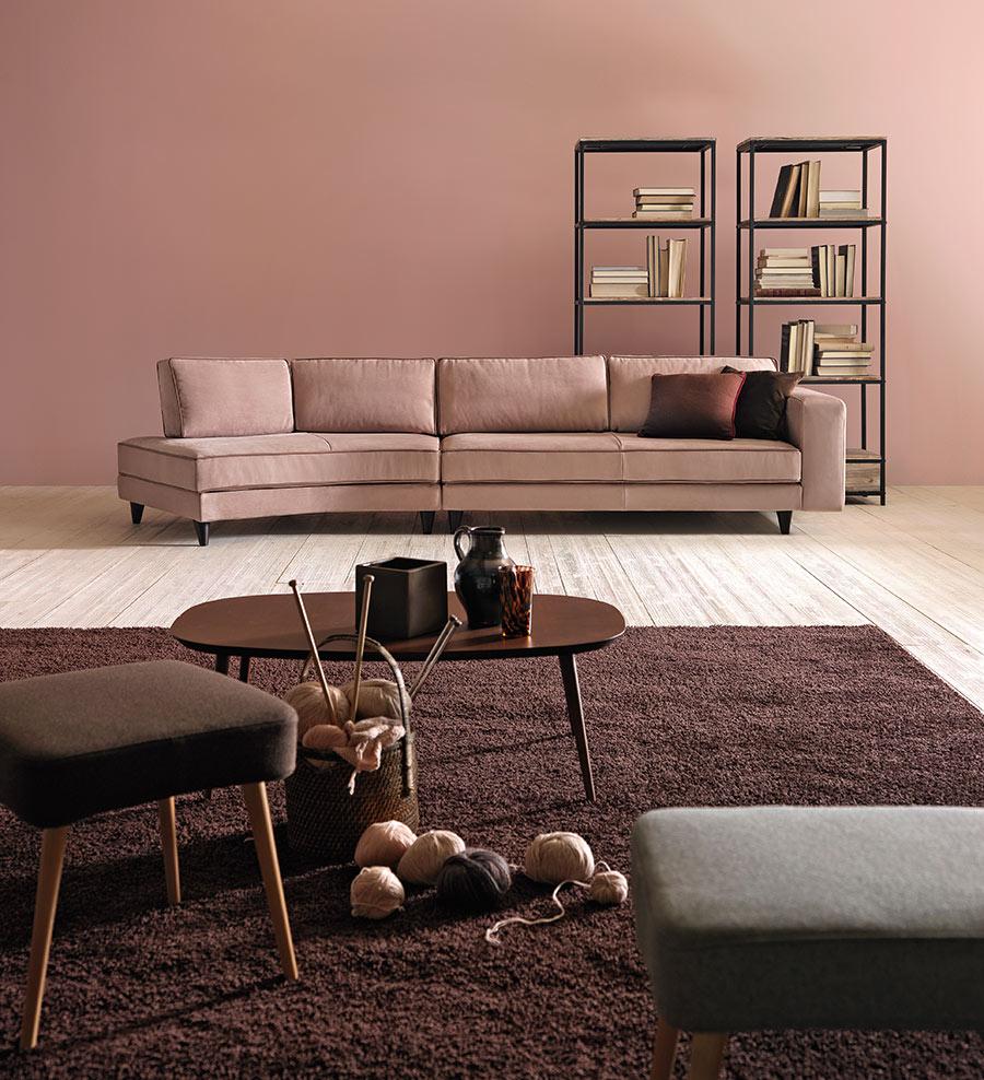 Affordable lucas doimo salotti divano rosa con parete rosa for Tende beige e marrone