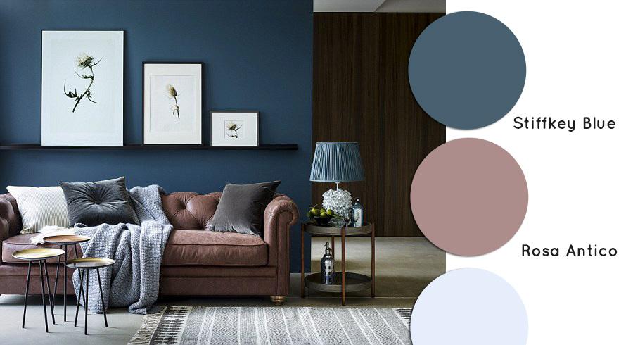 Soggiorno con divano classico chester e parete blu stiffkey di Farrow and Ball.