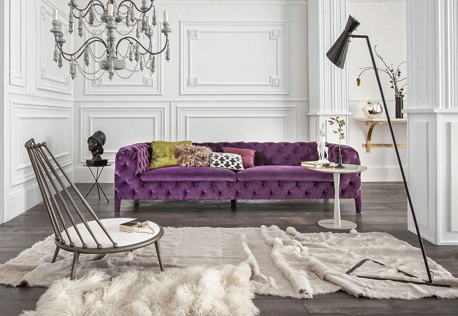 Tendenza arredo 2017 - divano in velluto windsor di arketipo colore viola.