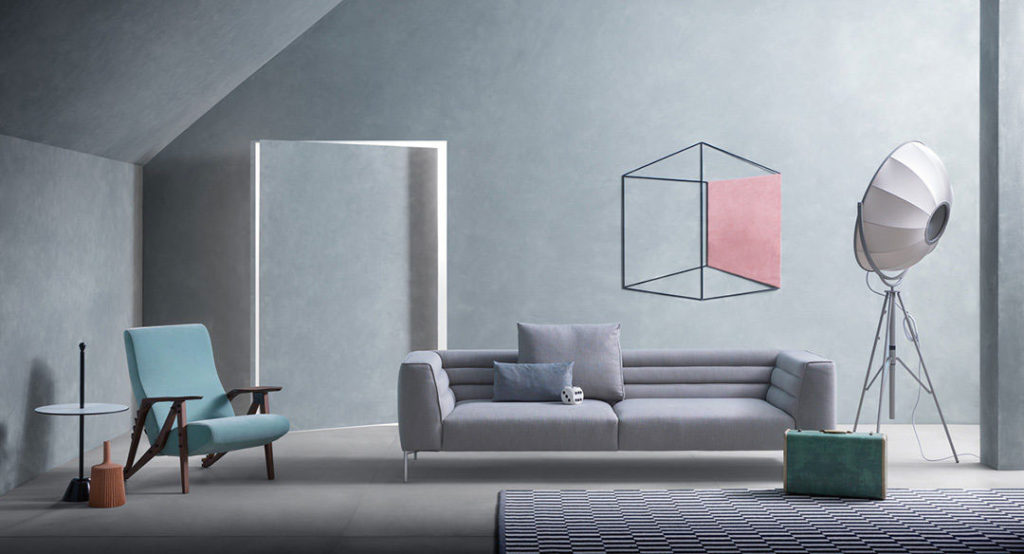 Guida colori per pareti: soggiorno con pareti in azzurro serenity e divano grigio.