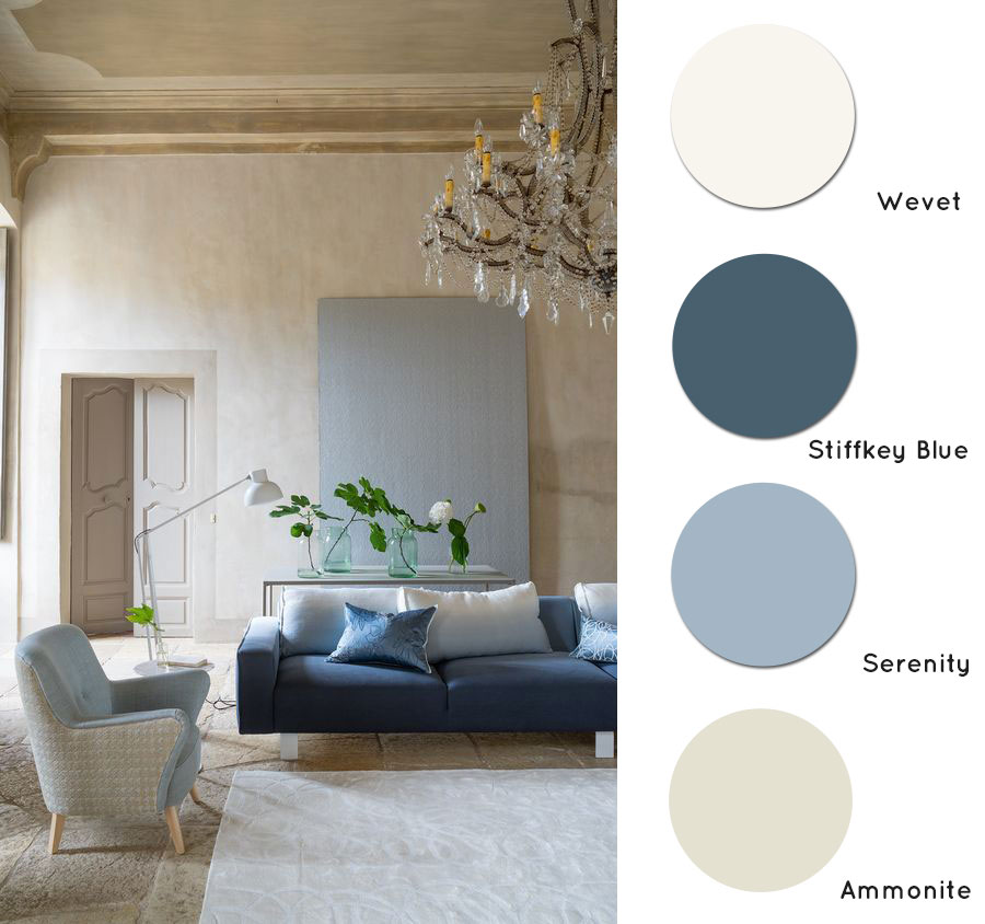 Guida colori per pareti: soggiorno con pareti neutre sui toni del beige e arredi azzurri e blu.