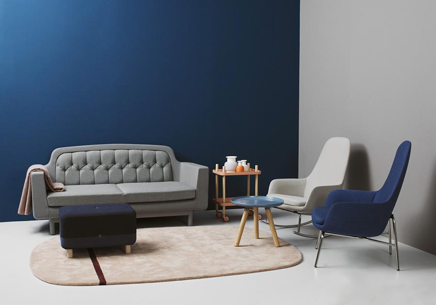 Guida colori per pareti: mini soggiorno con divano 2 posti piccolo grigio e parete di fondo in blu oltremare.
