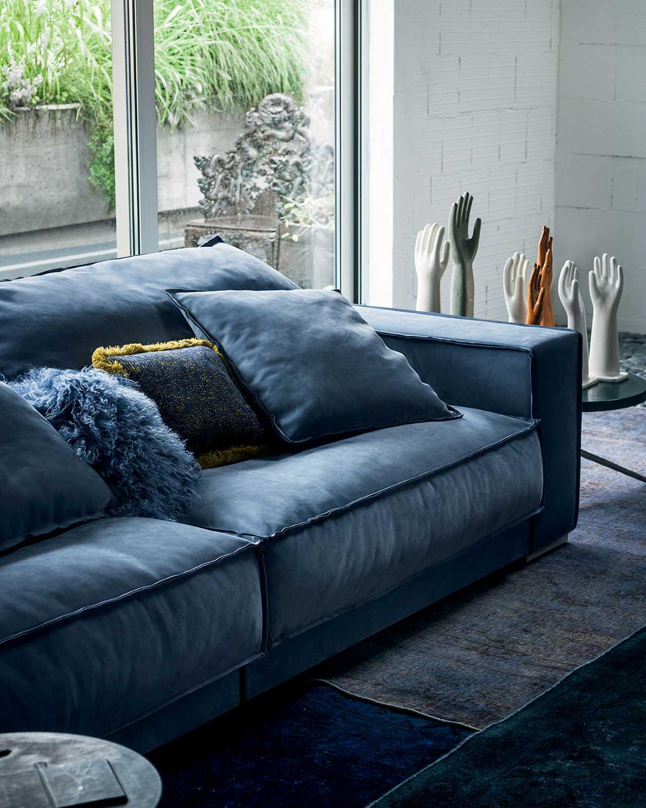 divani in pelle nabuk prodotto da Baxter, colore blu intenso