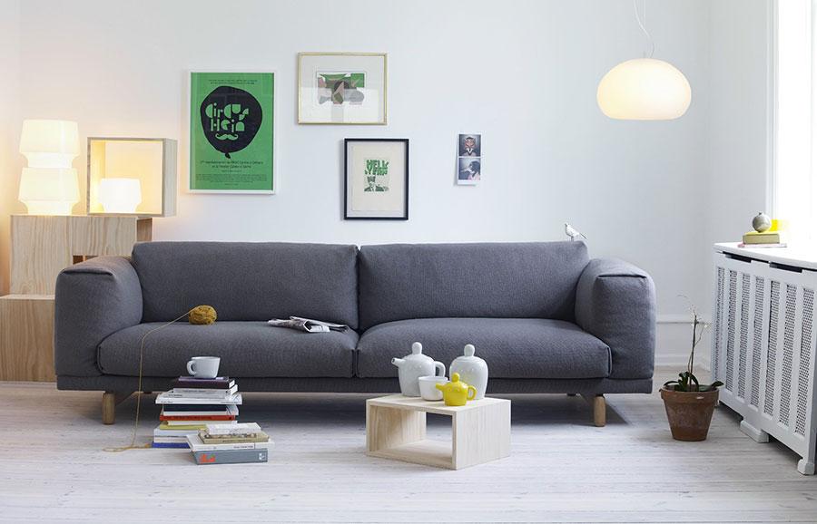 Muuto divano grigio scuro che interpreta il nordic style.