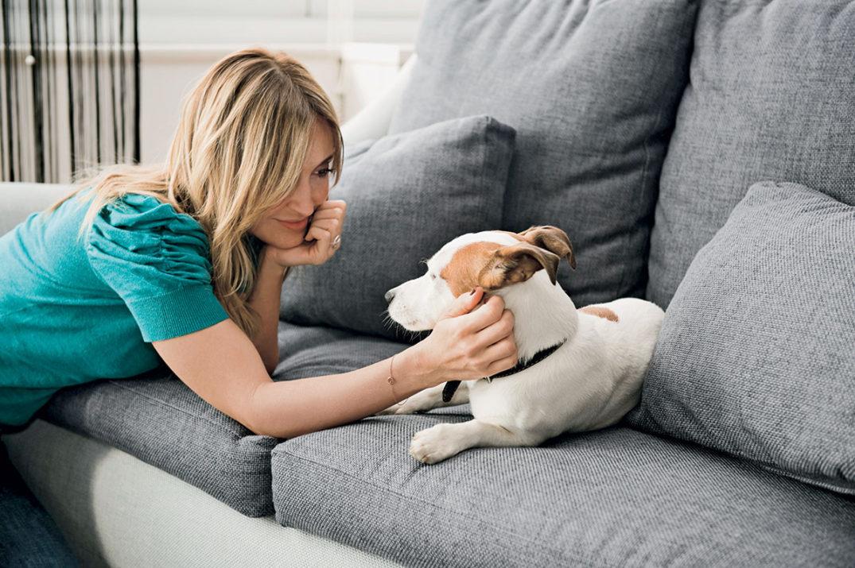 Elisa con il cane sul divano da sostituire.