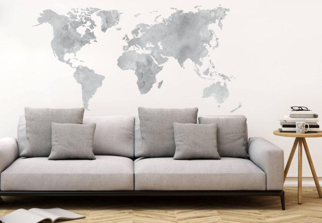 decorare le pareti del soggiorno con gli adesivi murali: esempio con salotto e pinatina del mondo.