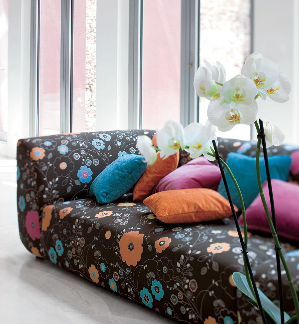 Dettaglio divano in fantasia floerale sui colori marrone-arancio.