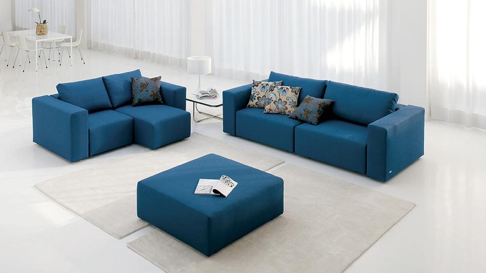 Coppia di divani in tessuto blu composta da divano a tre posti e divano a due posti con seduta allungabile.