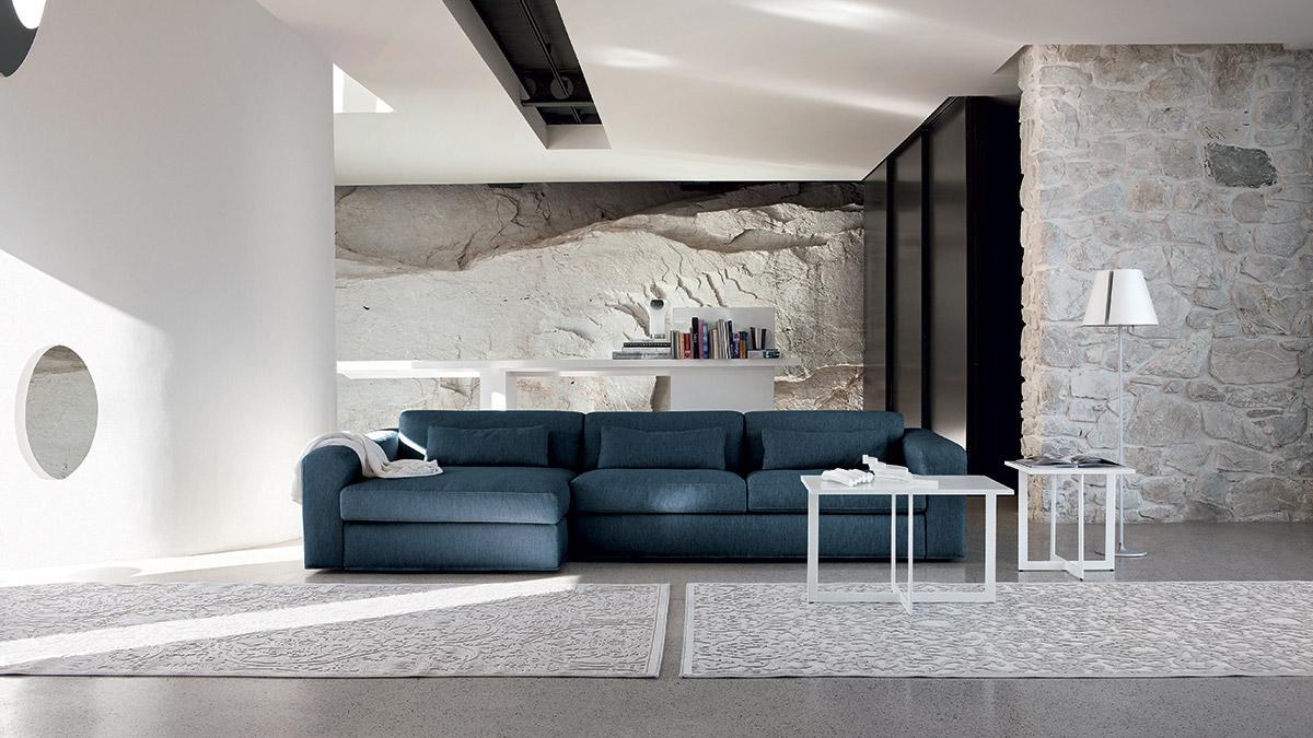 Un divano blu come il mare per il tuo salotto perfetto for Parete attrezzata con divano
