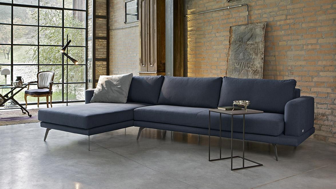 Philip, divano in tessuto Evia antimacchia colore blu scuro.