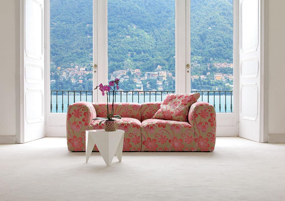 divano in fantasia floreale.