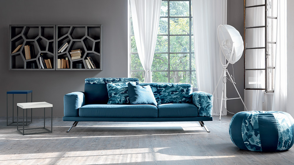 Un divano blu come il mare per il tuo salotto perfetto for Divano velluto blu