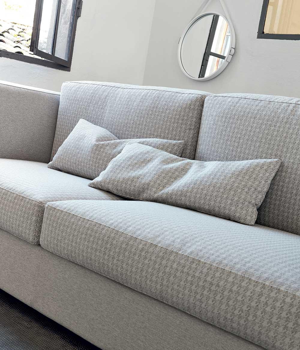 Doimo divano in fantasia grigio tono su tono.