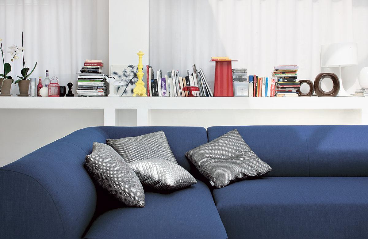 Un divano blu come il mare per il tuo salotto perfetto - Un divano per dodici ...