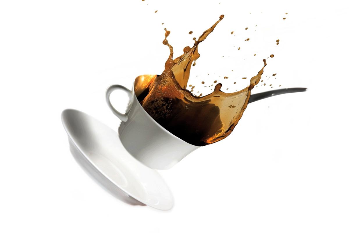 Tazzina di caffè che vola e cade macchiando il divano nuovo.