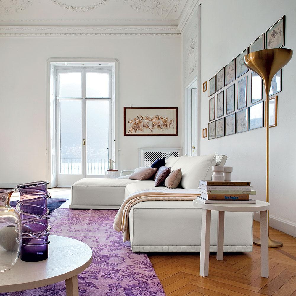 Elegnate soggiorno signorile con divano in pelle bianca.