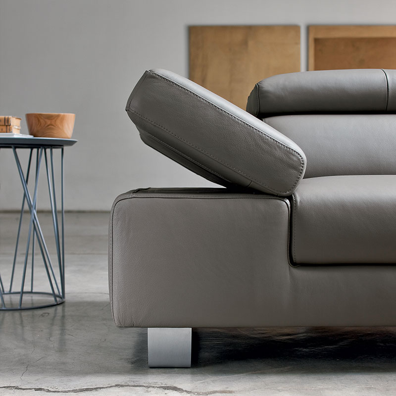 Bracciolo di divano in pelle grigio scuro.