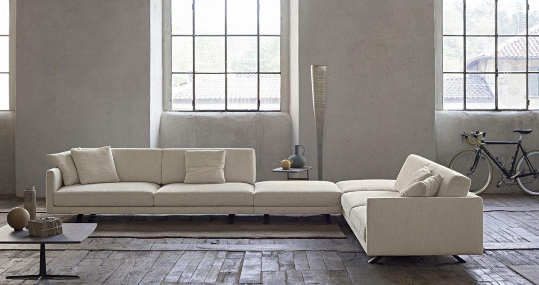Doimo Salotti divano Bart con composizionead angolo molto grande e pouf.