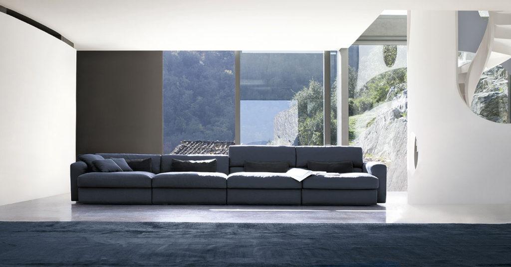 Stanza open space con divano lineare blu - doimo salotti.