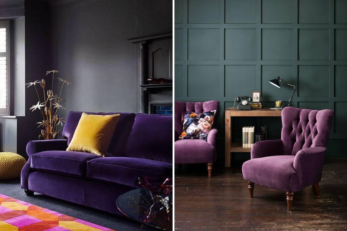 Il divano e la poltrona ultraviolet in un soggiorno dalle pareti scure.