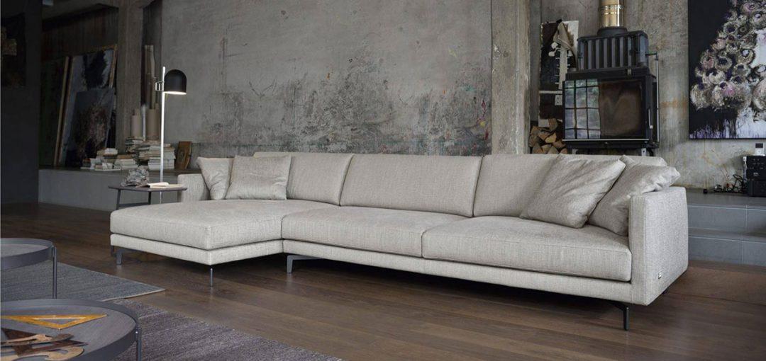 Scegliere la forma i divani con isola salotto perfetto for Modelli salotti moderni