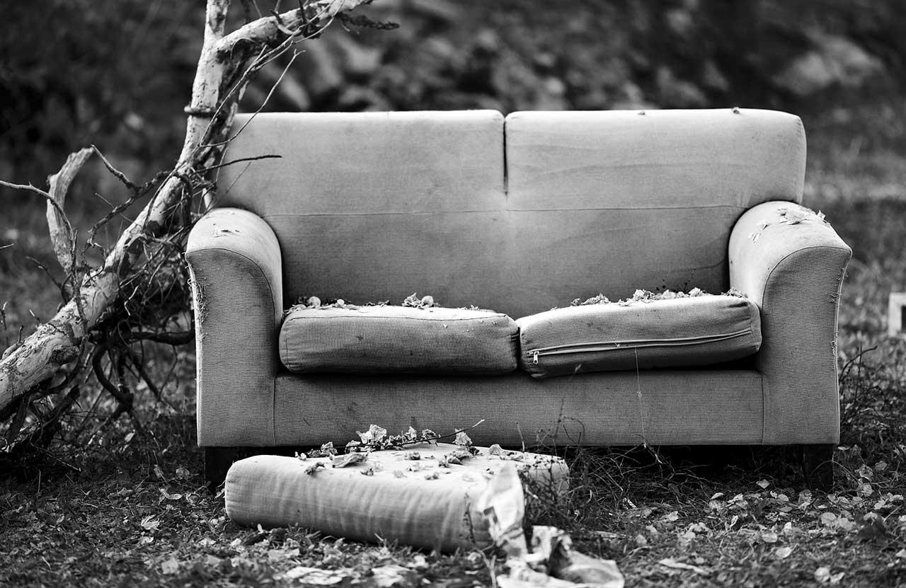 Problemi divano ecopelle - divano vecchio e rovinato.