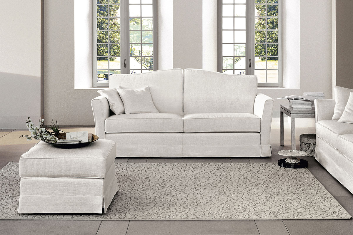 divano classico con pouf abbinato in tessuto bianco