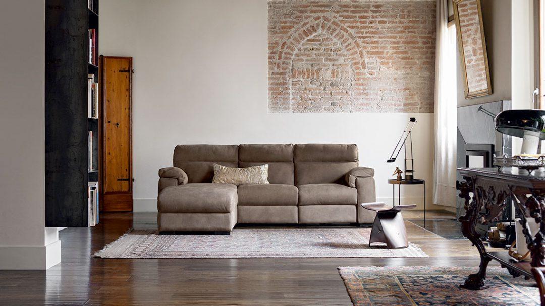 divano con penisola in pelle marrone