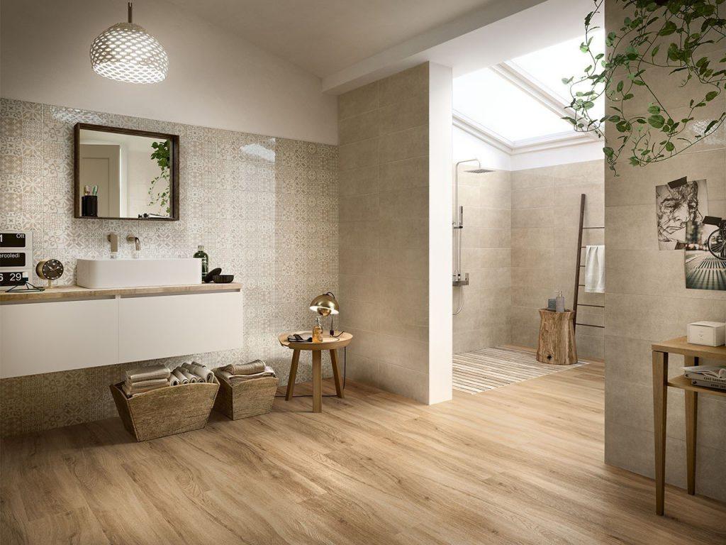 interno di bagno con pavimento in pvc effetto legno - iperceramica