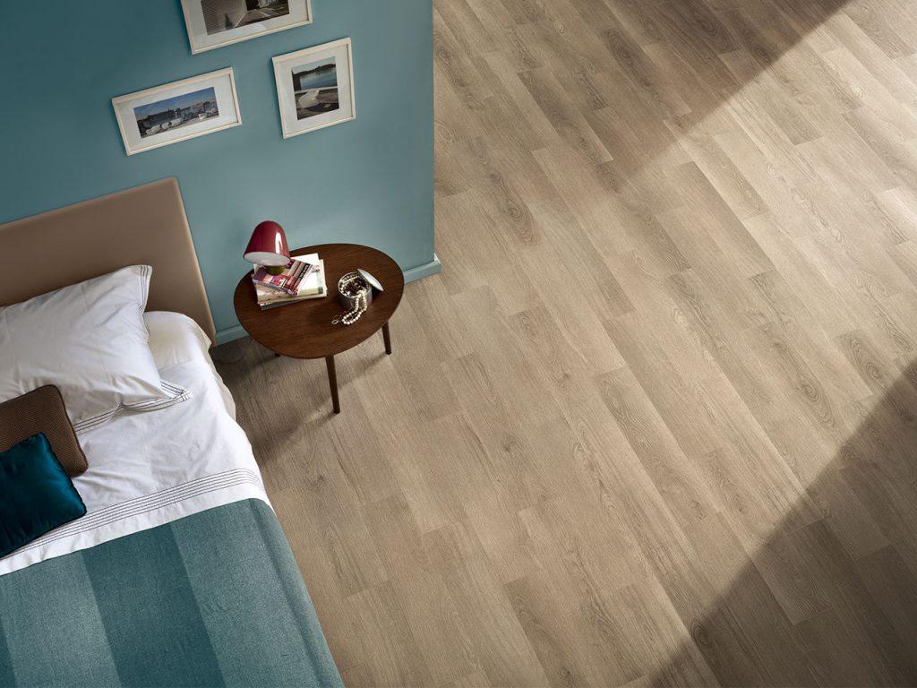 interno con camera da letto e pavimento in pvc effetto legno - iperceramica