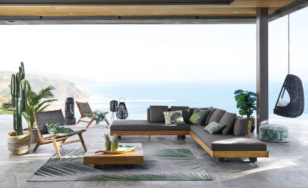 divano esterno grigio con cuscini fantasia