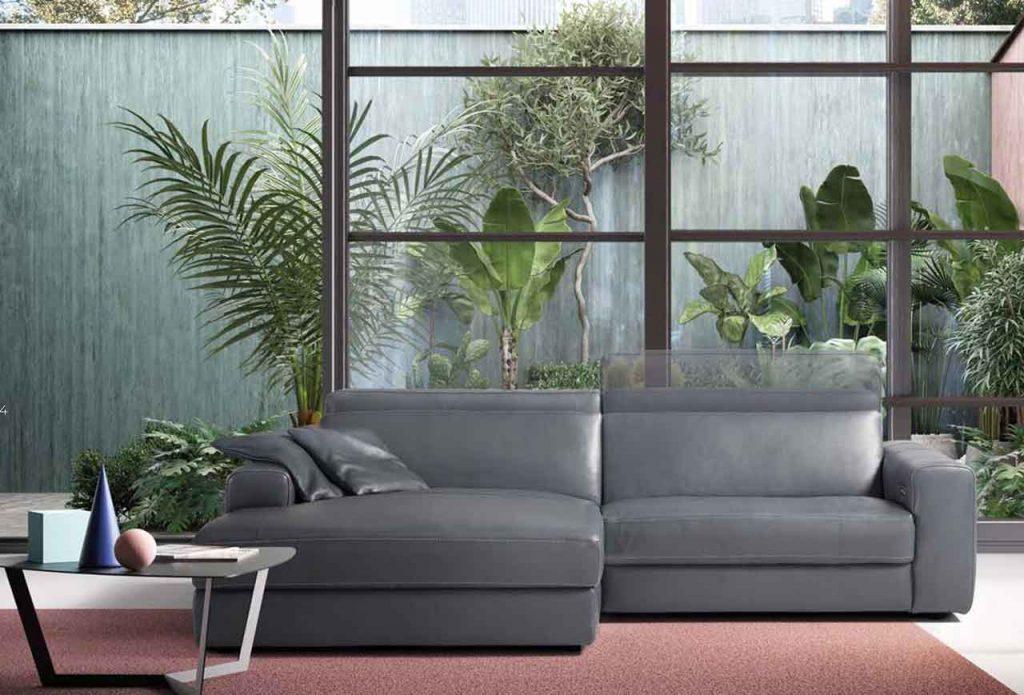 divano in pelle a due posti grigio
